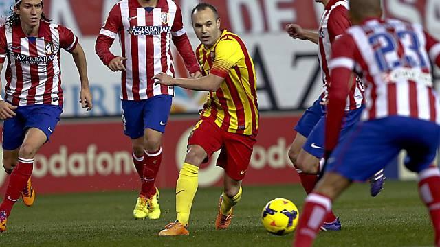Barcelonas Andres Iniesta von Madrilenen umzingelt.