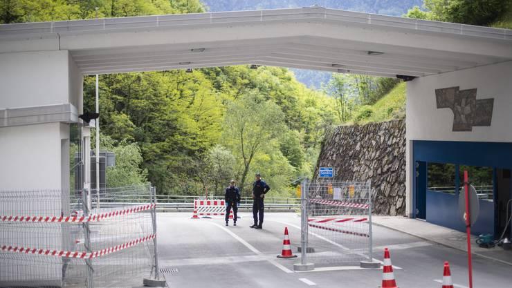 Einreisebeschränkungen an der Südgrenze zu Italien bleiben wie hier m Zoll in Campocologno vorerst bestehen.