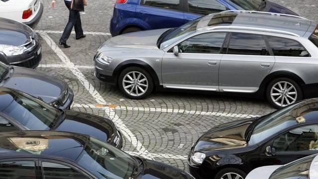 Freie Parkplätze sind in der Stadt Zürich oft rar (Symbolbild)