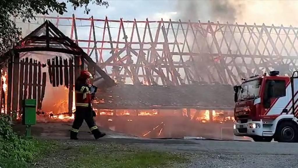 Bauernhaus brennt vollständig ab - zwei Jugendliche angehalten