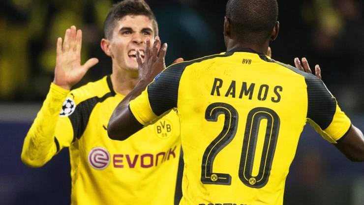 Dortmunds Torschütze Adrian Ramos jubelt zusammen mit Christian Pulisic über das 1:0