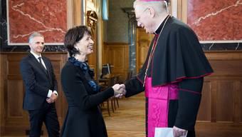 Noch lächeln alle artig: Bundespräsidentin Doris Leuthard, der Apostolische Nuntius Thomas Gullickson und im Hintergrund Aussenminister Didier Burkhalter. Key
