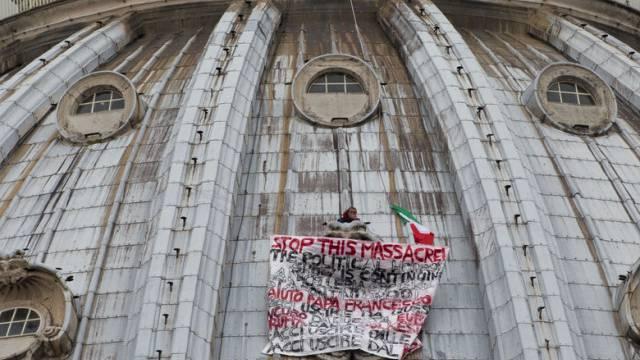 Marcello Di Finizio mit seinem Protest-Banner auf dem Petersdom