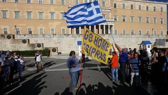 Der Widerstand gegen die Regierung Tsipras kommt von links wie rechts. Die Demonstranten fordern vor dem Parlament in Athen den Rücktritt des Ministerpräsidenten.
