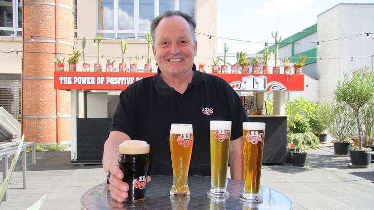 Alex Künzle mit vier seiner aktuellen Biere – an den Biertagen wird «Öufi» gleich mit acht verschiedenen Sorten aufwarten.
