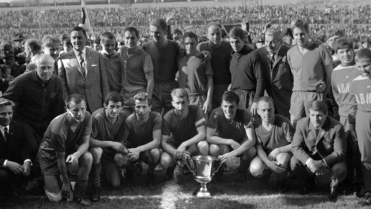 2. Titel, 1967: Im letzten Spiel kommt es zum Duell mit GC. Der FCB stand bereits vor dem 2:2 gegen die Zürcher als Meister fest. Den Pokal gab es aber erst jetzt.
