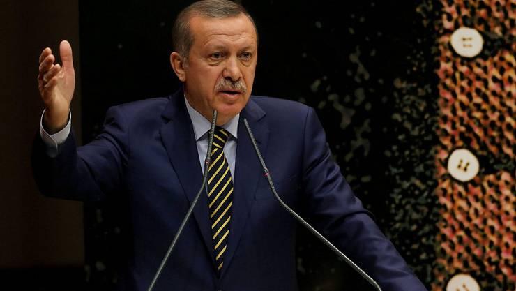Ministerpräsident Erdogan ist unter Druck und wehrt sich nun mit der Entlassung von Polizisten.