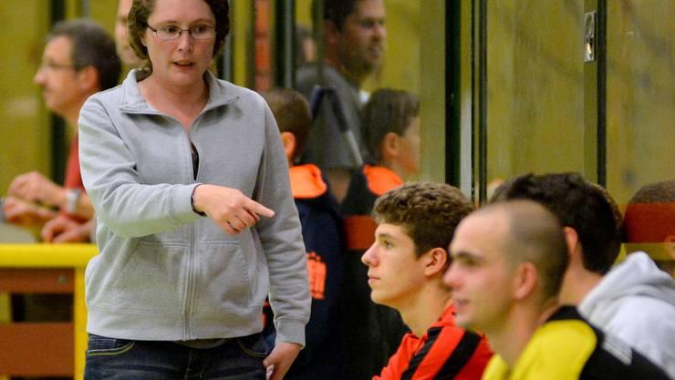 Anita Salvisberg, Stellvertreterin von Coach Portner, dirigierte die Bürener im Spiel gegen Langenthal/Solothurn zum Sieg.Schläfli