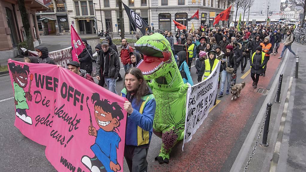 Rund 250 Personen von jung bis alt demonstrieren am Samstag in Luzern gegen das bevorstehende WEF in Davos.