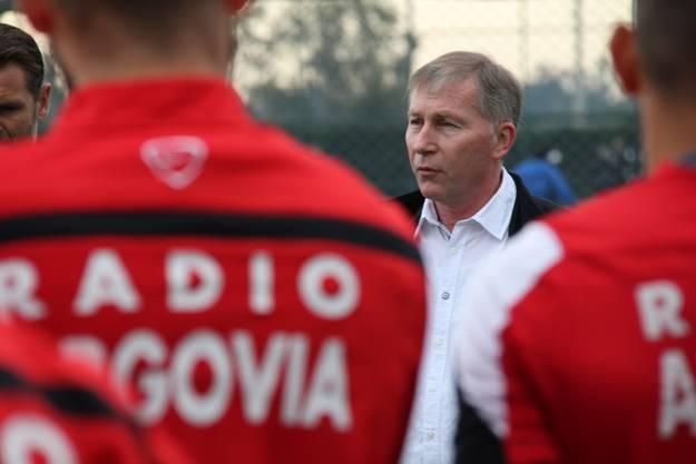 FCA-Präsident Alfred Schmid hielt vor dem Training am Mittwochmorgen auf dem Trainingsplatz in Belek eine Ansprache ans Team
