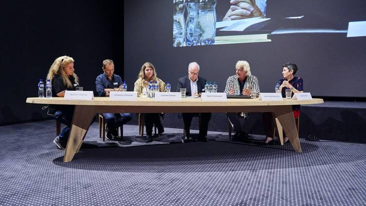 Die Diskussionsteilnehmenden (von links): Barbara Gysling, Christian Höhener, Carmen Simon, Moderator Hans Fahrländer, Hanns Bachlechner und Jasmina Ritz.