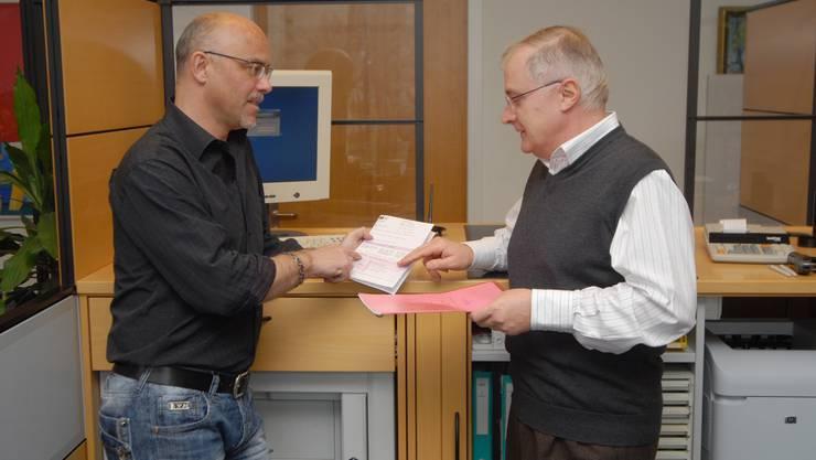 Fachgespräch: Martin Frey (Finanzverwalter) und Bruno Zarattini (Steuerbezug). (Walter Schwager)