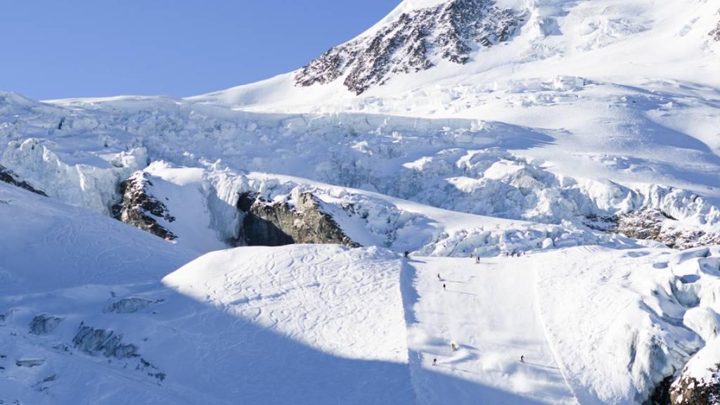 Im Skigebiet Saas Fee verunfallte abseits der markierten Piste ein achtjähriger Skifahrer tödlich. (Archivbild)