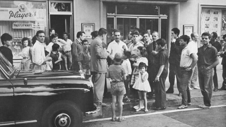 Italiener vor dem Kino Capitol in Wohlen 1962.