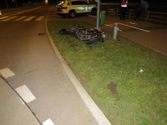 Der 25-jährige Schweizer aus der Region dürfte, aufgrund seiner aggressiven Fahrweise, beim Verlassen des Kreisverkehrs Krummgasse/Bahnhofstrasse zu Fall gekommen sein.