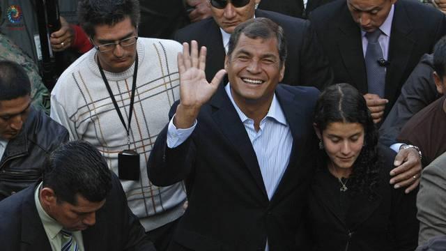 Präsident Rafael Correa mit seiner Tochter Sofia nach der Stimmabgabe