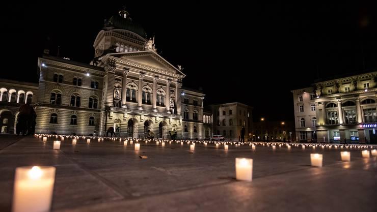 3575 Kerzen auf dem Bundesplatz - für jeden Corona-Toten eine: Mahnwache auf dem Berner Bundesplatz.
