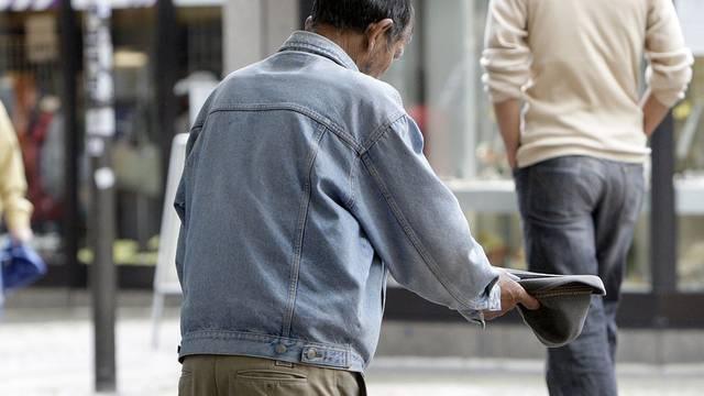Ein Mann bittet um Almosen (Symbolbild)