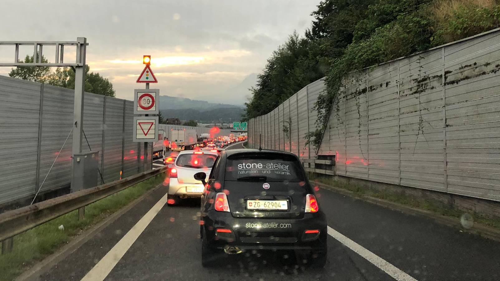 Auch auf der Autobahneinfahrt Emmen-Nord stauen sich die Autos.