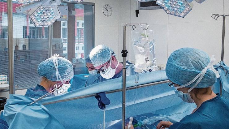 Teurer Einschnitt: Am Basler Unispital gab's im Frühling nur dringliche Operationen.