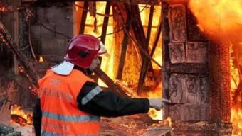 Ein Feuerwehrmann im Einsatz (Symbolbild)