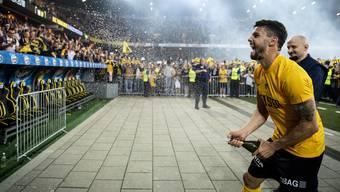 Loris Benito lässt die Korken knallen und eröffnet die Party im Stade de Suisse: Meister, YB ist Meister!