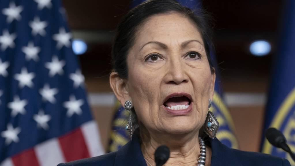 Deb Haaland wird als erste amerikanische Ureinwohnerin einen Ministerposten im US-Kabinett bekleiden.