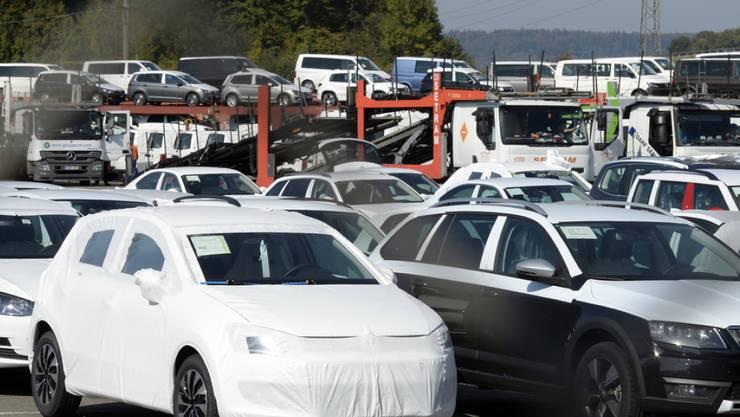 Autos stehen beim VW-Generalimporteur Amag zu Auslieferung bereit. Trotz Abgas-Skandals ist Volkswagen weiterhin die beliebteste Automarke in der Schweiz. (Archiv)