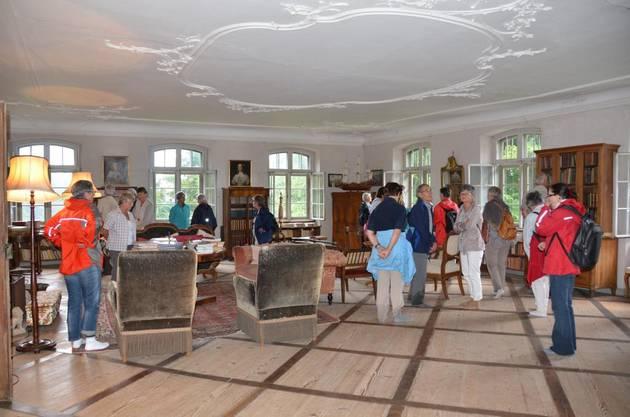 Staunende Kapellenwanderer bewegen sich auf leisen Socken durch das Musik- und Lesezimmer auf Schloss Horben.
