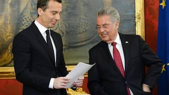 Christian Kern (links) wird von Bundespräsident Heinz Fischer als Bundeskanzler vereidigt.