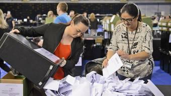 Auszählung von Stimmen der britischen Kommunalwahlen am Freitag im schottischen Glasgow.