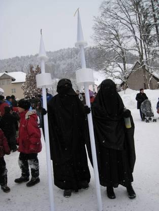 Minarett-Verbot als Fasnachtssujet: Zwei vollverschleierte Frauen an der Fasnacht 2010 in Egg bei Einsiedeln. Archivbild: Kari Kälin