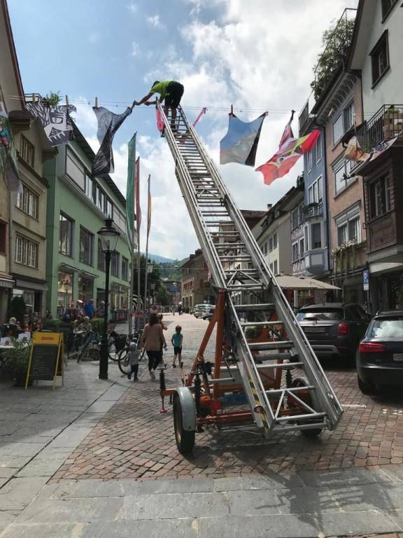 Altstätter Kulturwoche hängt Unterwäsche auf (© FM1Today/ Noémie Bont)
