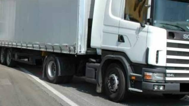 Ein Lastwagenfahrer fährt rückwärts und übersieht ein Auto hinter ihm. Das Auto wird beschädigt, der Lastwagenfahrer fährt davon. (Symbolbild)