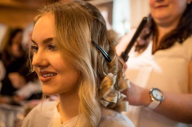 Hochzeitsfrisuren konnten gleich live an einem Modell begutachtet werden und zwar sowohl von vorne...