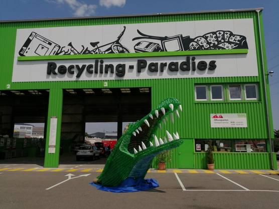 Neue Dekoration vor dem Recycling-Paradies in Hunzenschwil.