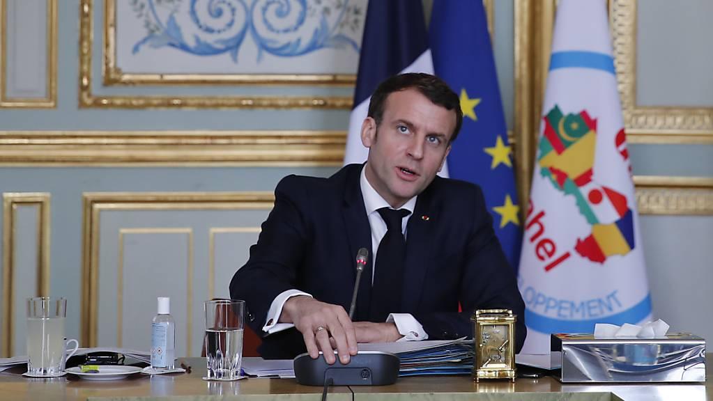 Emmanuel Macron, Präsident von Frankreich, spricht während eines Treffens per Videokonferenz mit den Staatsoberhäuptern der G5 Sahel. Foto: Francois Mori/AP Pool/dpa