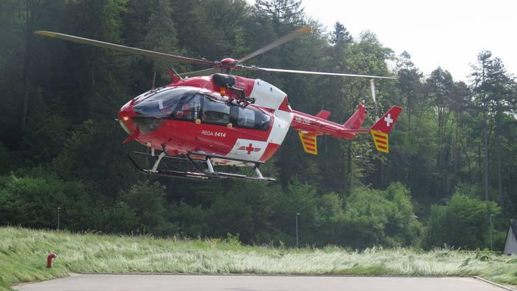 Ein Helikopter der Rega landet in Zwingen.