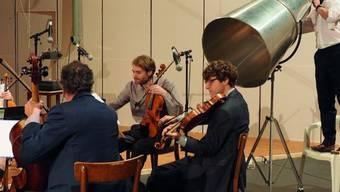"""Das Henosode-Quartett und Klaus Brömmelmeier mit der Flüstertüte proben für den Theaterabend """"Henosode"""" von Ruedi Häusermann. Uraufführung ist am 29. Januar 2019."""