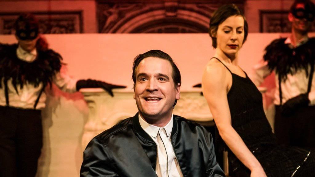 Tennisstar Sebastian (Alexander Maria Schmidt) und seine Freundin Kay (Jeanne Devos) an der oberschichtigen Party, die die Aufsteigerin Kay nicht überleben wird