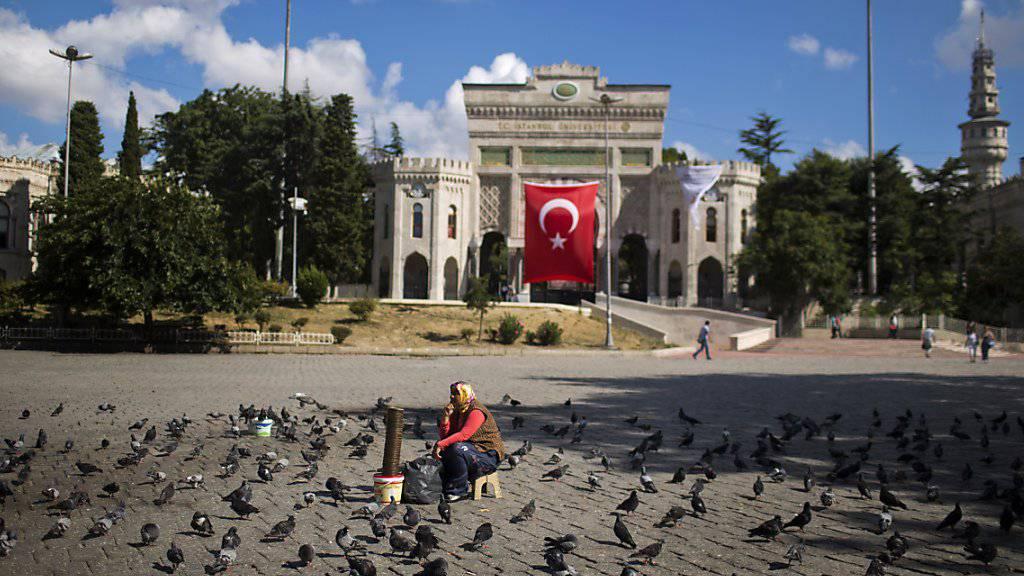 Universität von Istanbul: Die türkischen Behörden führen nach Informationen einer Zeitung eine weitere Säuberungswelle bei staatlichen Institutionen durch. 6000 Staatsbedienstete verlieren demnach ihre Stelle. (Archivbild)