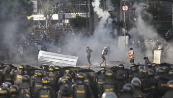 Bei Protesten in Indonesien hat es in der Nacht auf Mittwoch mindestens sechs Todesopfer gegeben.