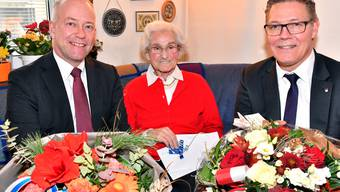 Geburtstagskind Erna Kaufmann-Troller mit Stadtpräsident Martin Wey (links) und Landammann Roland Fürst.