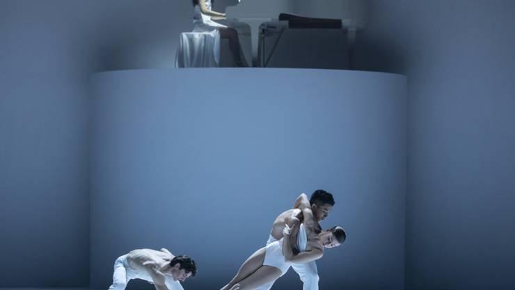 """Die kanadische Pianistin Tiffany Butt begleitet den dritten Teil des Tanzstücks """"Coal, Ashes an Light"""" von Kinsun Chan am Theater St. Gallen."""