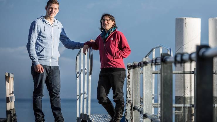 Delia Zumbrunn und Timon Richner sprechen auf einem Spaziergang am Thun ersee über Erfahrungen mit Gott und ihrem Glauben.