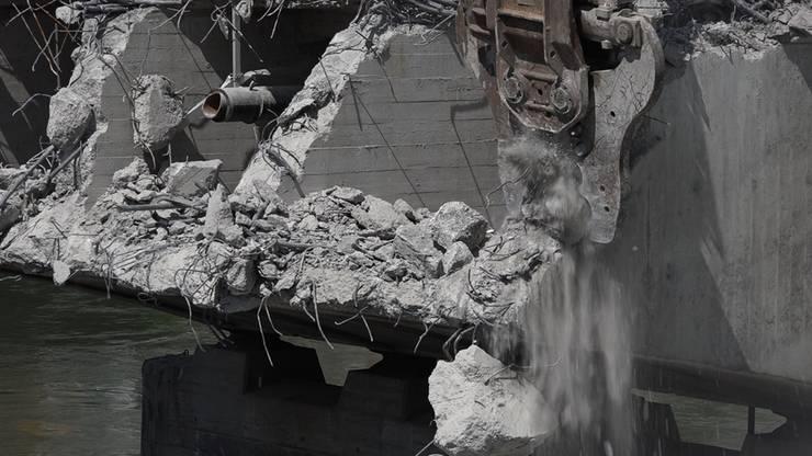 Stück für Stück frisst der Abrissbagger den nördlichen Teil der alten Kettenbrücke in Aarau