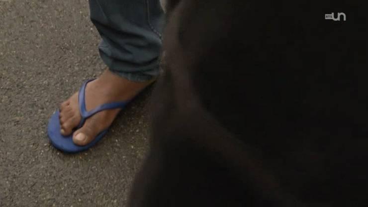 Ein junger Asylbewerber sagt im Beitrag des welschen Fernsehens, er bekomme nicht genug Geld, um sich feste Schuhe zu kaufen.