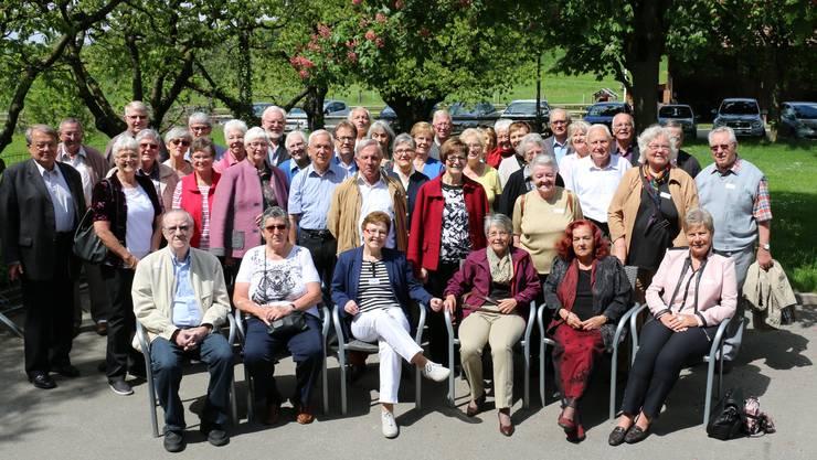 Gruppenbild der Teilnehmerinnen und Teilnehmer an  der Klassenzusammenkunft auf dem Herrenberg