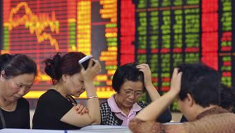 Was um Himmelswillen ist denn da los? Die chinesischen Börsen crashen, die Händlerinnen sind fassungslos.
