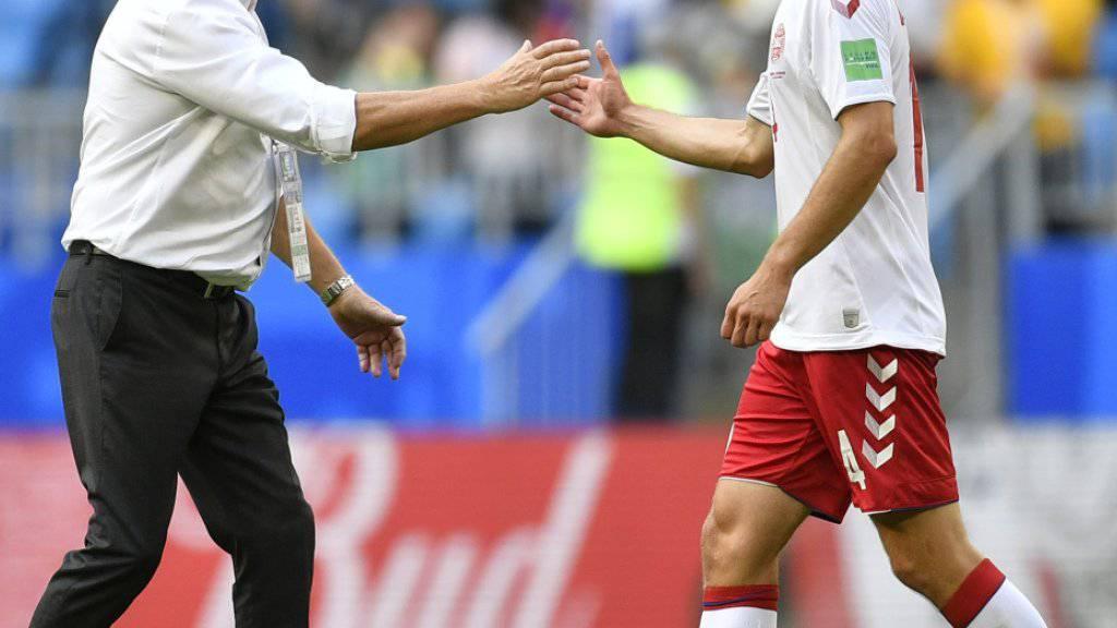 Dänemarks Coach Age Hareide gratuliert Henrik Dalsgaard: Die Dänen stehen im Achtelfinal
